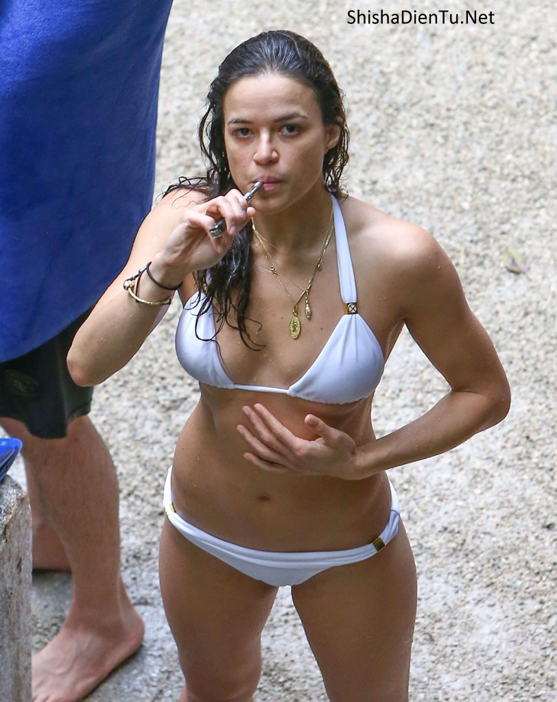 VAPE LÀ GÌ Michelle Rodriguez vape E-Cigarettes on the hand
